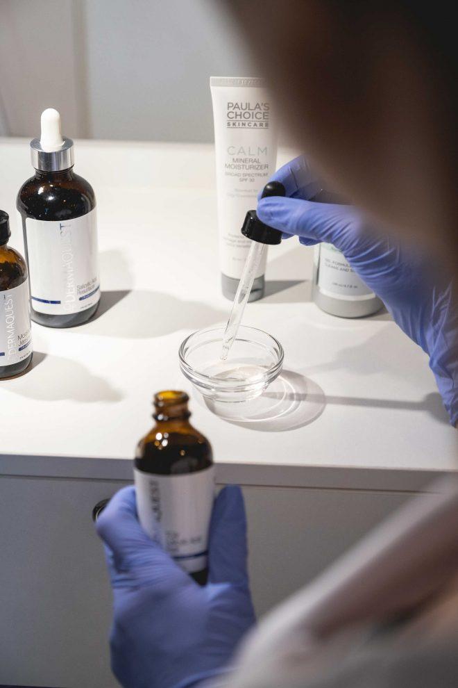 Chemische peeling ofwel medische peeling wordt met een pipetje in een kommetje gedrupt