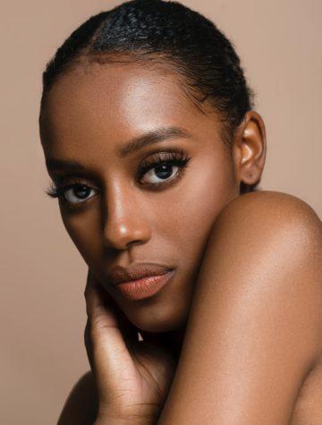 Vrouw met een donkere huid